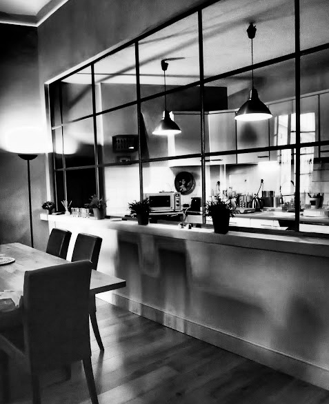 Elegant en faence noire brillante sur sol ancien couleur for Carrelage cuisine noir brillant